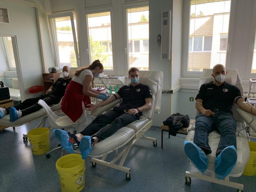 Naši hádzanári darovali krv, vyzývajú aj ostatné športové kluby